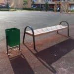 Скамейка и урна на площадке