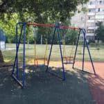 детские качели на площадке